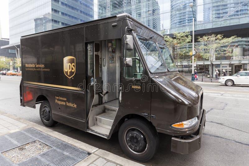 Camión de reparto de UPS en la ciudad fotografía de archivo libre de regalías