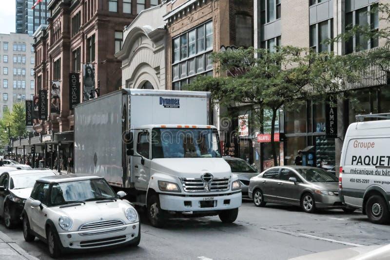 Camión de reparto visto en una ciudad norteamericana ocupada foto de archivo