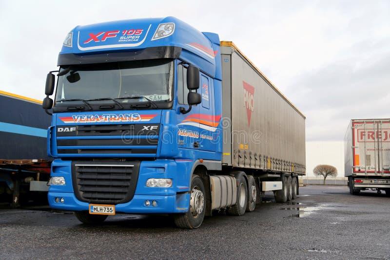 Camión de transporte largo estupendo azul de la DAF XF fotografía de archivo