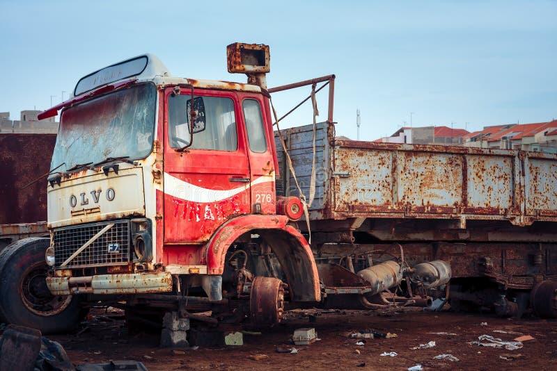 Camión de Volvo F7 en el pedazo-montón fotografía de archivo
