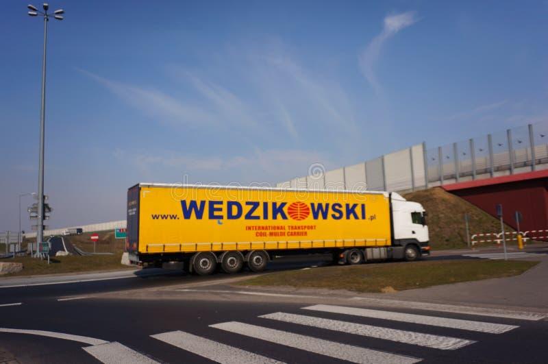 Camión de Wedzikowski en cruce giratorio imagen de archivo