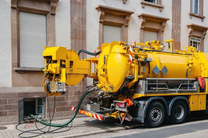 Camión del alcantarillado en el funcionamiento de la calle fotos de archivo libres de regalías