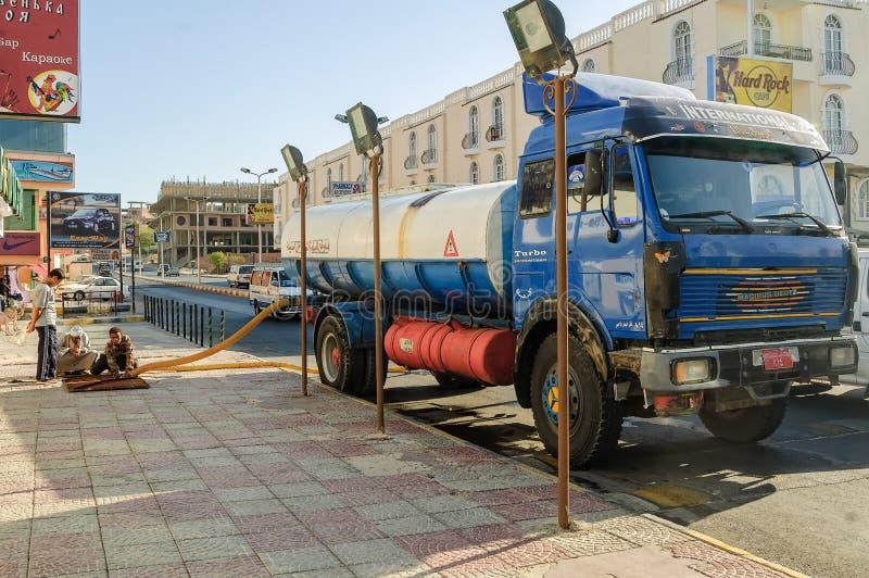 Camión del alcantarillado en el funcionamiento de la calle Hurghada Egipto foto de archivo