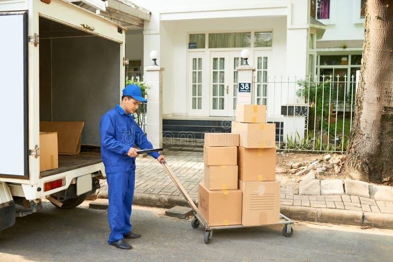 Camión del cargamento del trabajador del servicio de entrega imagen de archivo