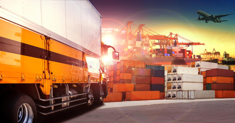 Camión del envase en puerto de envío, muelle del envase y coche de carga foto de archivo
