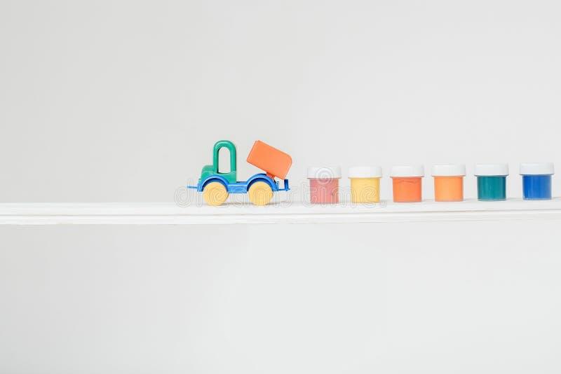 Camión del juguete con aguazo foto de archivo