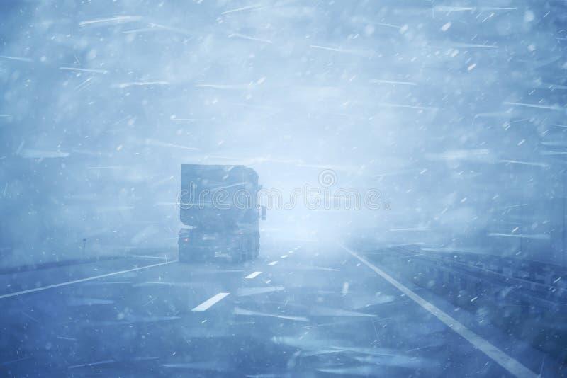 Camión del peligro que conduce en la tormenta en la carretera fotos de archivo