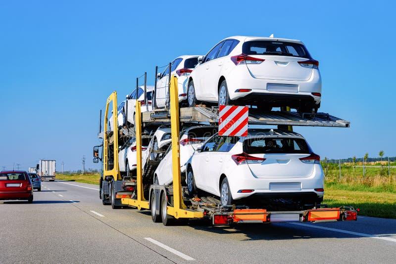 Cami?n del portador de coches en la carretera de asfalto en Polonia Transportador del cami?n imágenes de archivo libres de regalías