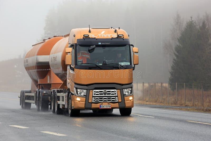 Camión del tanque de Renault Trucks T en el camino de niebla foto de archivo