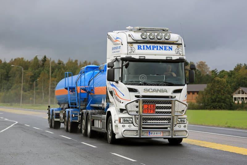 Camión del tanque de Scania para el transporte de ADR en día lluvioso fotografía de archivo libre de regalías