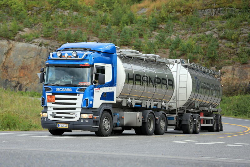 Camión del tanque de Scania R500 en la intersección de la carretera foto de archivo libre de regalías