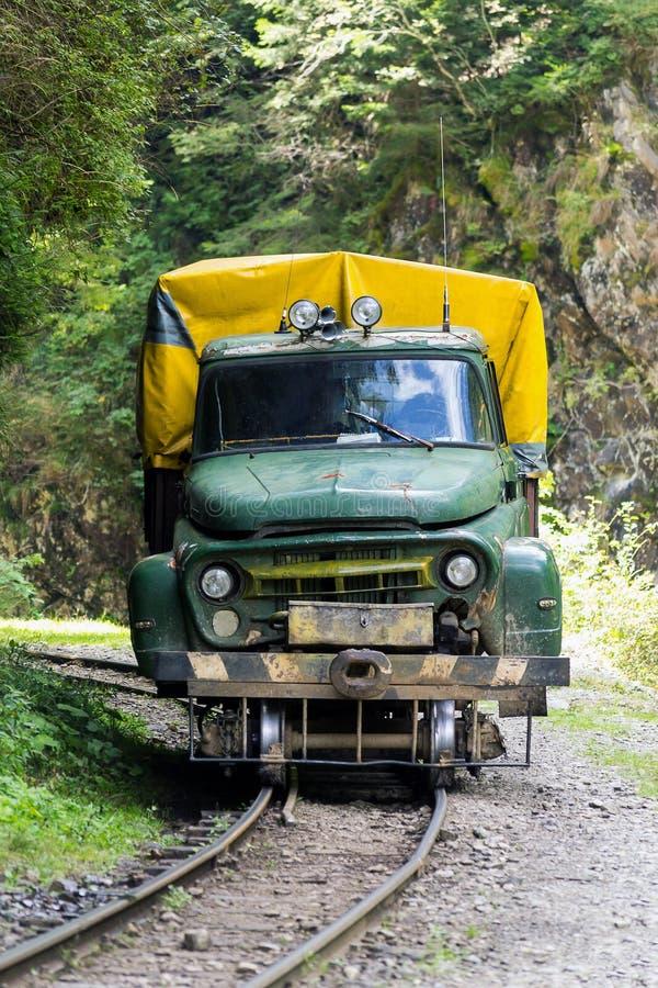 Camión del vintage en los carriles fotos de archivo