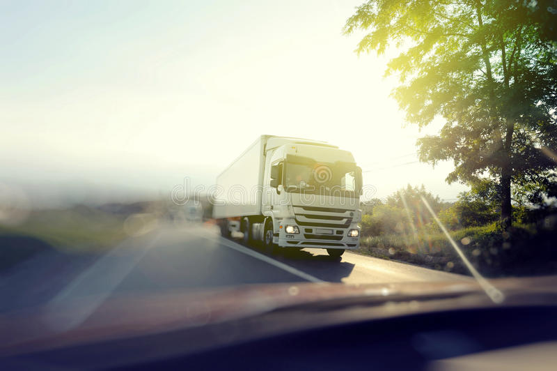 Camión en autopista sin peaje el día soleado fotos de archivo