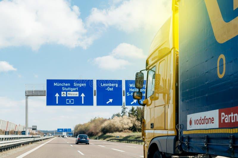 Camión en el autobahn alemán higway delante de placas de calle foto de archivo
