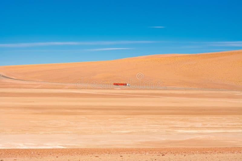Camión en el desierto en el camino a Paso Jama en el altiplano fotografía de archivo