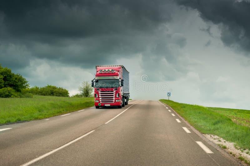 Camión en la carretera fotos de archivo