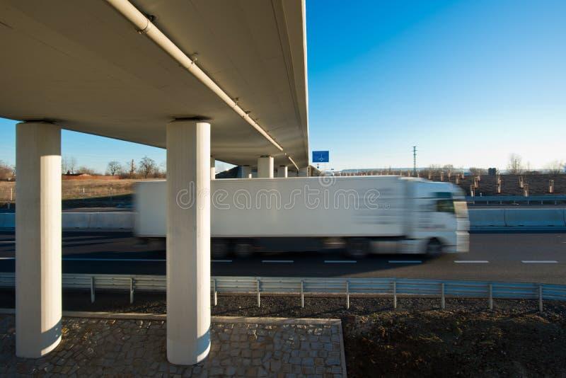 Camión en la nueva carretera foto de archivo libre de regalías