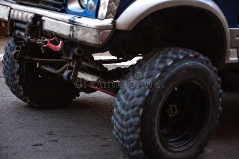 Camión grande con las ruedas grandes en el camino Movimiento borroso en las ruedas móviles del camión Concepto de la acción con e foto de archivo libre de regalías