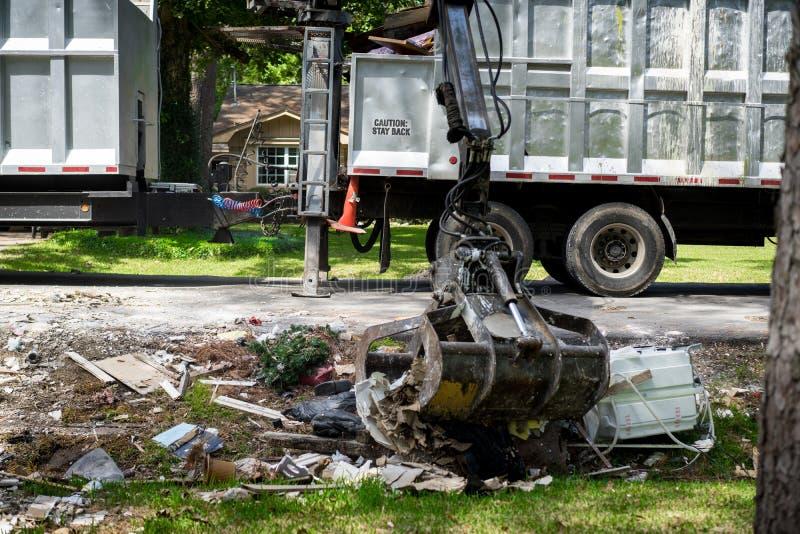 Camión grande que coge basura y la ruina fuera de la vecindad de Houston foto de archivo libre de regalías