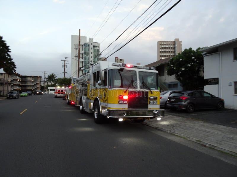Camión HFD del Departamento de Bomberos de Honolulu y luces de ambulancia destellan mientras sirven a situaciones de emergencia fotografía de archivo libre de regalías