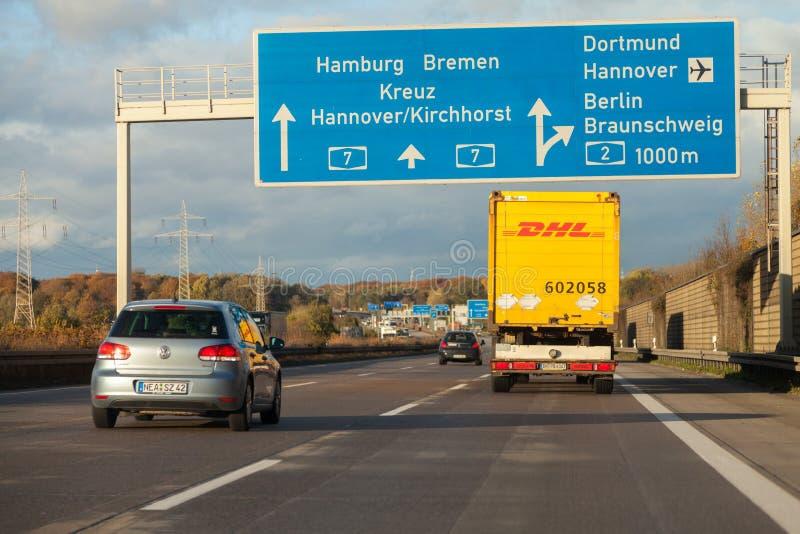Camión internacional de DHL del servicio del paquete, impulsiones en autopista sin peaje alemana foto de archivo libre de regalías
