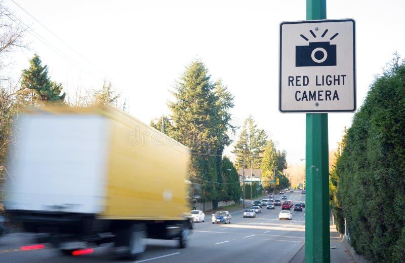 Camión ligero rojo del camión de la muestra de la cámara amarillo fotos de archivo libres de regalías