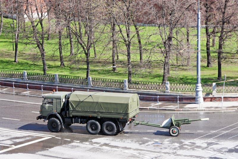Camión militar conducido por un cañón de la artillería en el muelle fotos de archivo