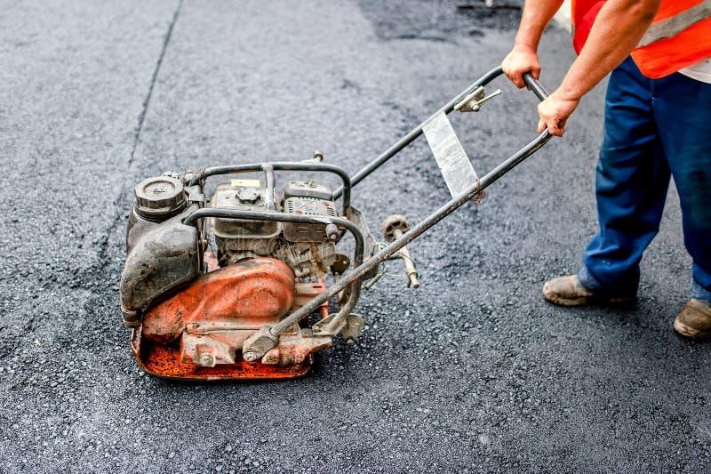 Camión o máquina industrial del pavimento que pone el betún fresco imagen de archivo libre de regalías