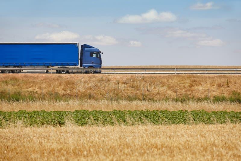Camión pesado azul en el camino Cargo de la entrega logístico imagen de archivo libre de regalías