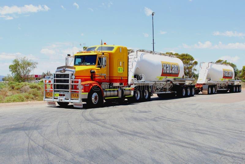 Camión pesado comercial en Stuart Highway, Australia del cargo fotografía de archivo libre de regalías