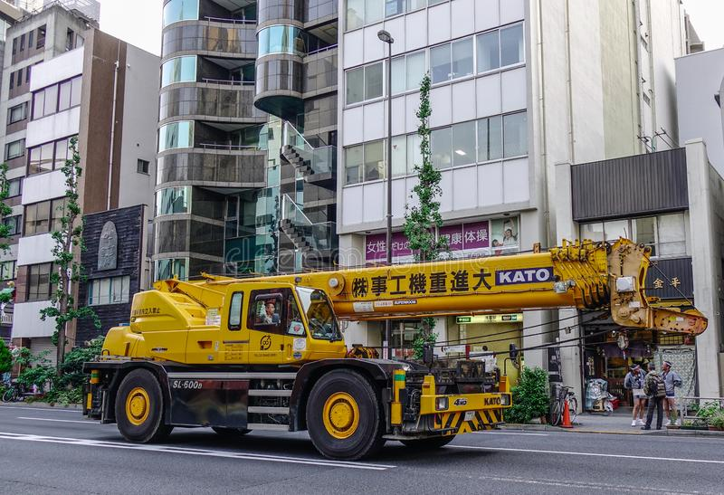 Camión privado con la grúa en la calle foto de archivo libre de regalías