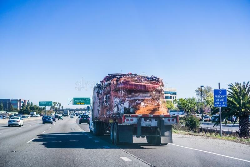 Camión que lleva a las carrocerías machacadas foto de archivo libre de regalías