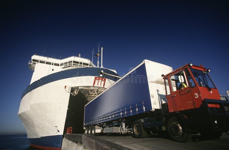 Camión que sale el puerto de transbordador Melbourne Victoria Australia imagenes de archivo