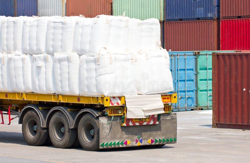Camión que transporta en el puerto para el cargo. imagen de archivo