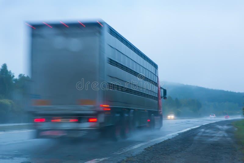 Camión que va en la carretera a llover imagen de archivo libre de regalías