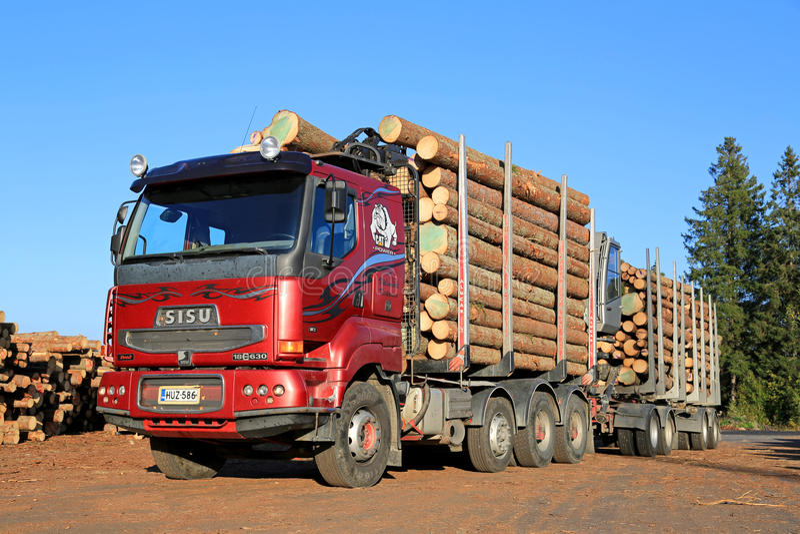 Camión rojo de la madera de Sisu 18E630 listo para descargar registros fotografía de archivo