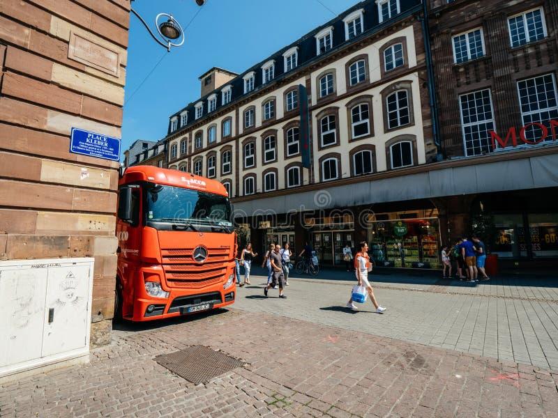 Camión rojo de Mercedes Benz Actros parqueado en ciudad imagenes de archivo