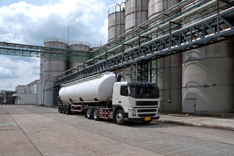 Camión, sustancia química del peligro de la entrega del petrolero en planta petroquímica fotos de archivo