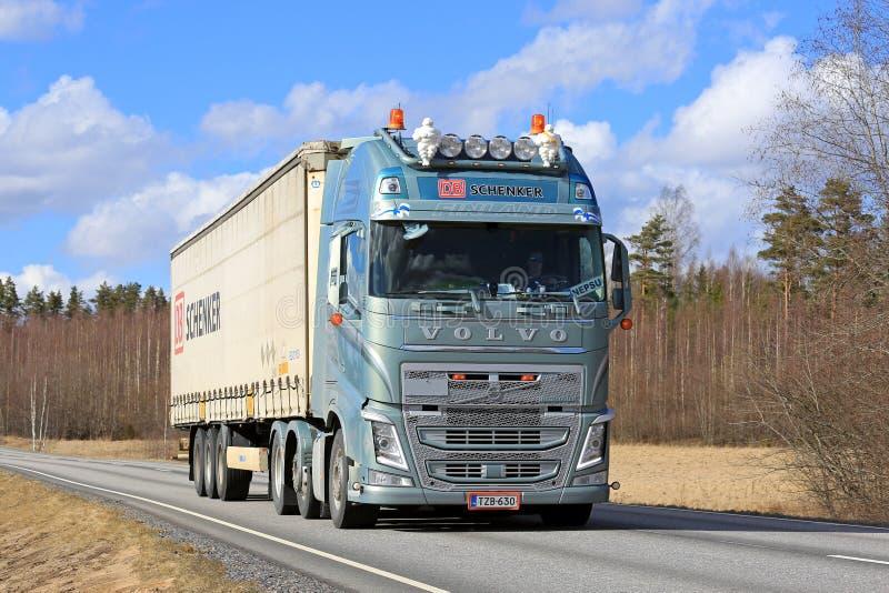 Camión verde metálico de Volvo FH semi en día hermoso foto de archivo libre de regalías