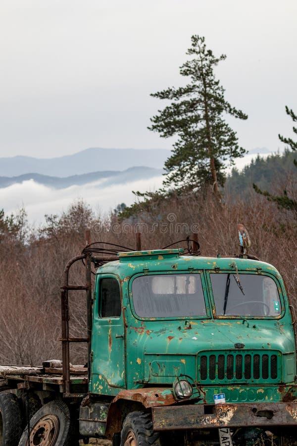Camión verde oxidado viejo del vintage fotos de archivo