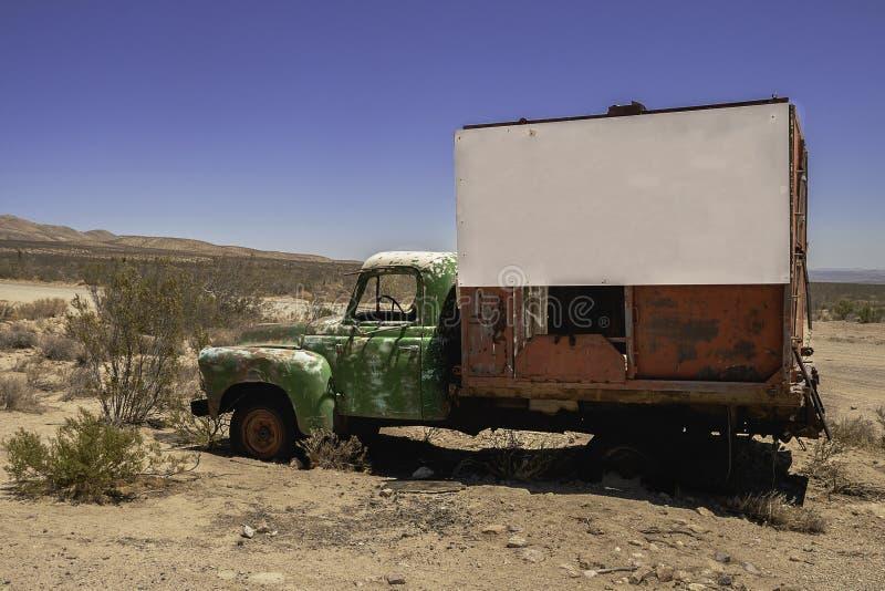 Camión viejo con el letrero en blanco fotografía de archivo libre de regalías