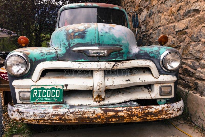 Camión viejo de Chevy Pickup con el refrán de encargo de la placa de Colorado foto de archivo