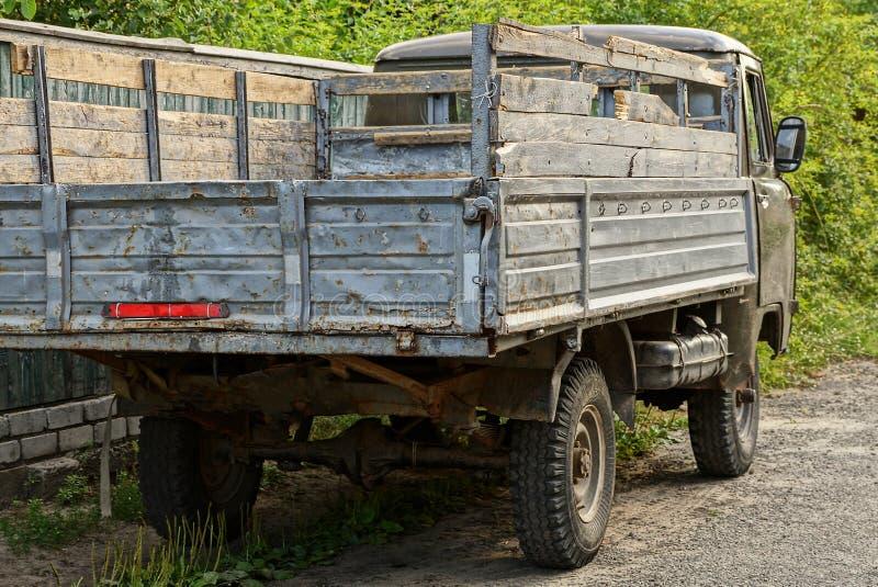 Camión viejo gris que se coloca en la calle en el camino fotografía de archivo libre de regalías