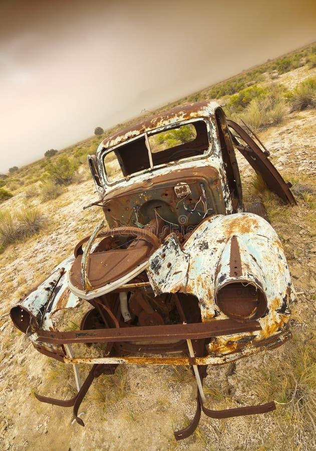Camión viejo oxidado abandonado foto de archivo