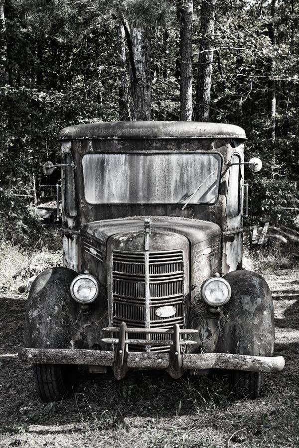 Camión viejo sembrado de mochila en Junk Yard fotografía de archivo