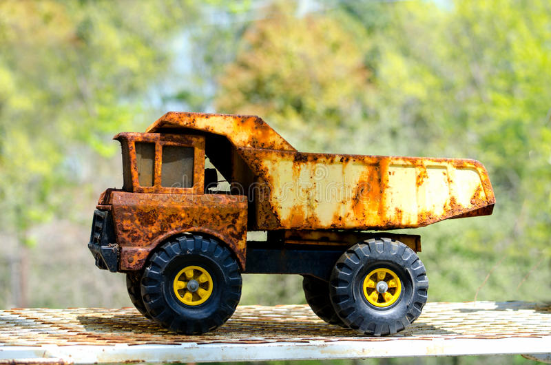 Camión volquete antiguo del juguete fotografía de archivo libre de regalías