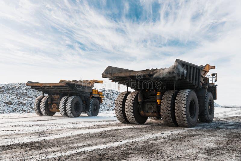 Camión volquete grande de la mina Carga de la roca en descargador Carbón del cargamento en el camión del cuerpo Minerales útiles  imágenes de archivo libres de regalías