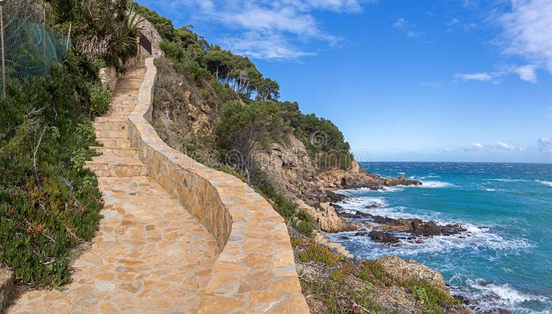 Cami de Ronda en kust- bana längs Costa Brava royaltyfri foto