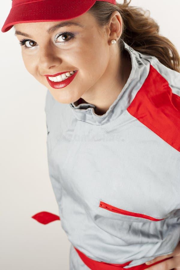 Camici da portare dei meccanici della giovane donna felice fotografia stock