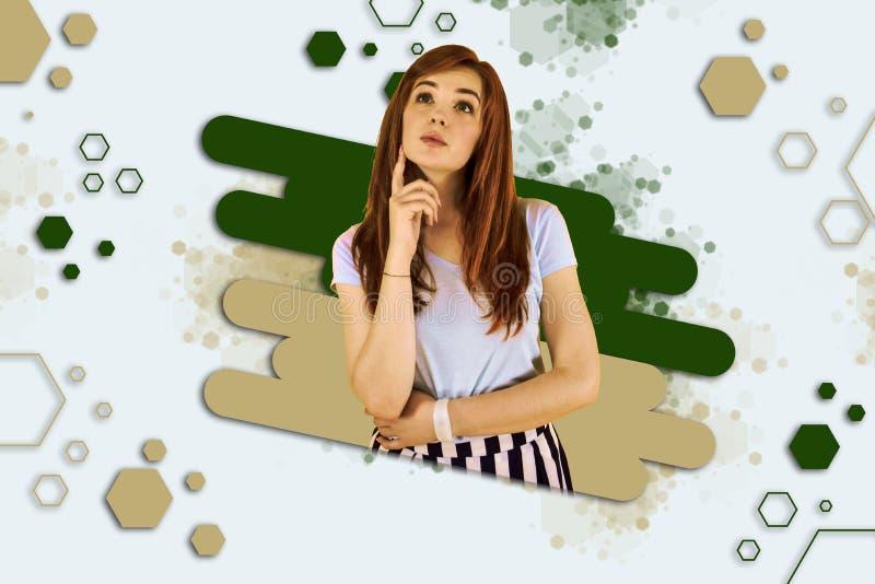 Camicia bianca d'uso della ragazza alla moda e gonna a strisce che ritengono tristi e malinconiche fotografie stock